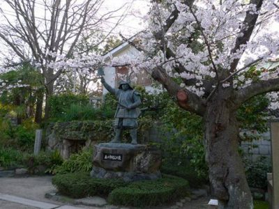 真田幸村像と真田の抜け穴と桜