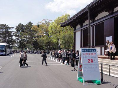 興福寺国宝館の入場行列