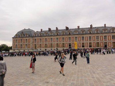 ヴェルサイユ宮殿のチケット買う人の大行列。