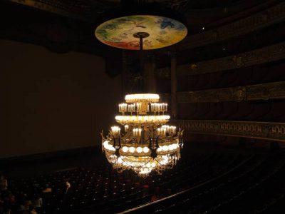 オペラ座内部 下ろされた状態のシャンデリア