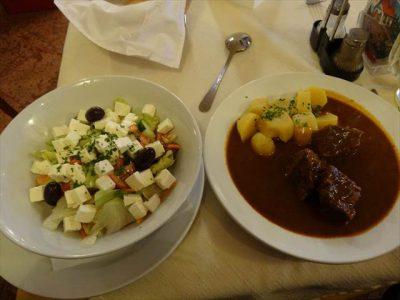 グラーシュのポテト添え(右)と羊のチーズ入りサラダ(左)