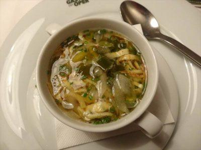 麺みたいなやつにスープを入れた状態