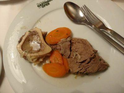 ターフェルシュピッツ(肉の方)を皿に取り出した状態