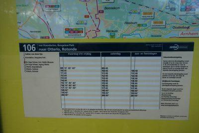 クレラーミュラー美術館近くの106番オッテルロ-行きのバス停の時刻表